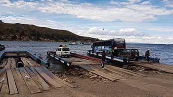 Cruzar el Lago Titicaca en bus y coche